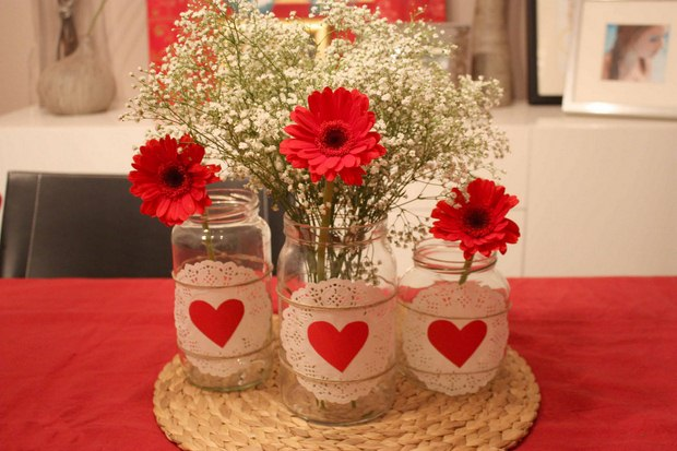 valentines-day-crafts-glass-jars-decorated-doilies-red-paper-hearts-vases-babys-breath-red-gerbera